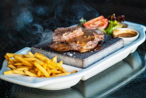 Hot-Rock-Steak-at-Tigers-Eye-Restaurant-in-Gloucester